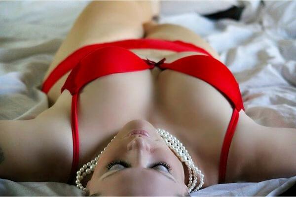 chica en lenceria tumbada en la cama
